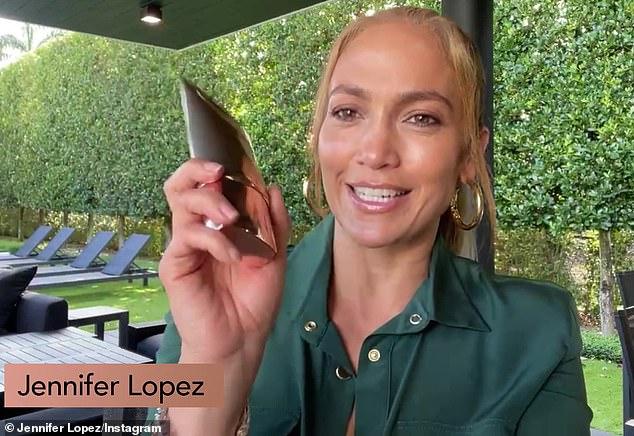 ¡Vamos Jenny!  Jennifer Lopez está promocionando su línea de cuidado de la piel una vez más.  El martes, la cantante de 51 años fue a Amazon Live para hablar sobre el limpiador y las lociones de venta rápida que tienen el aceite de oliva como ingrediente principal.