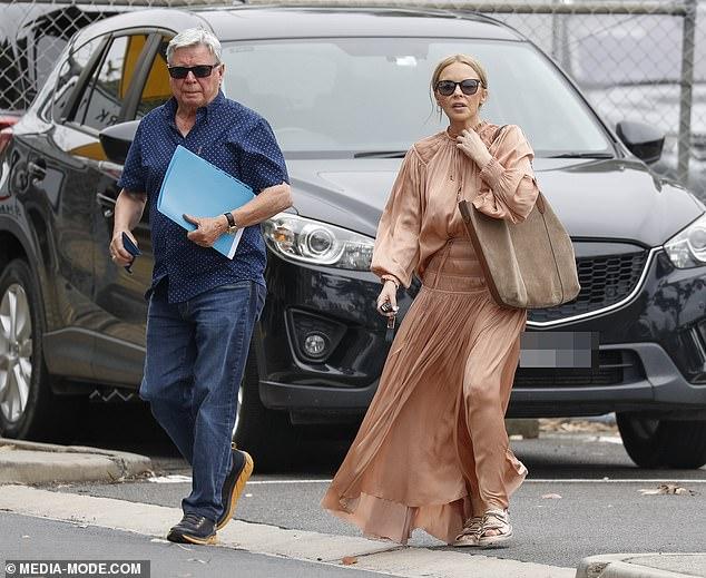 Asunto familiar: Kylie Minogue hizo una aparición rara con su padre Ronald el viernes, cuando salieron a hacer recados en Melbourne.