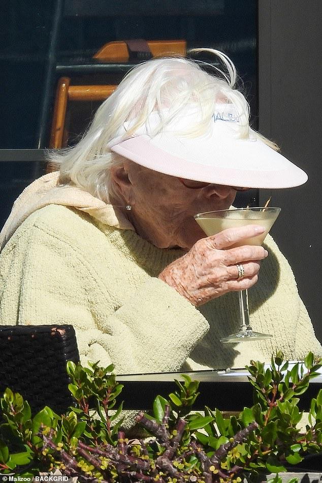 ¡Salud!  Shirley MacLaine disfrutó de un Martini clásico con el almuerzo mientras cenaba al aire libre en Kristy's Village Cafe en Malibú el viernes.
