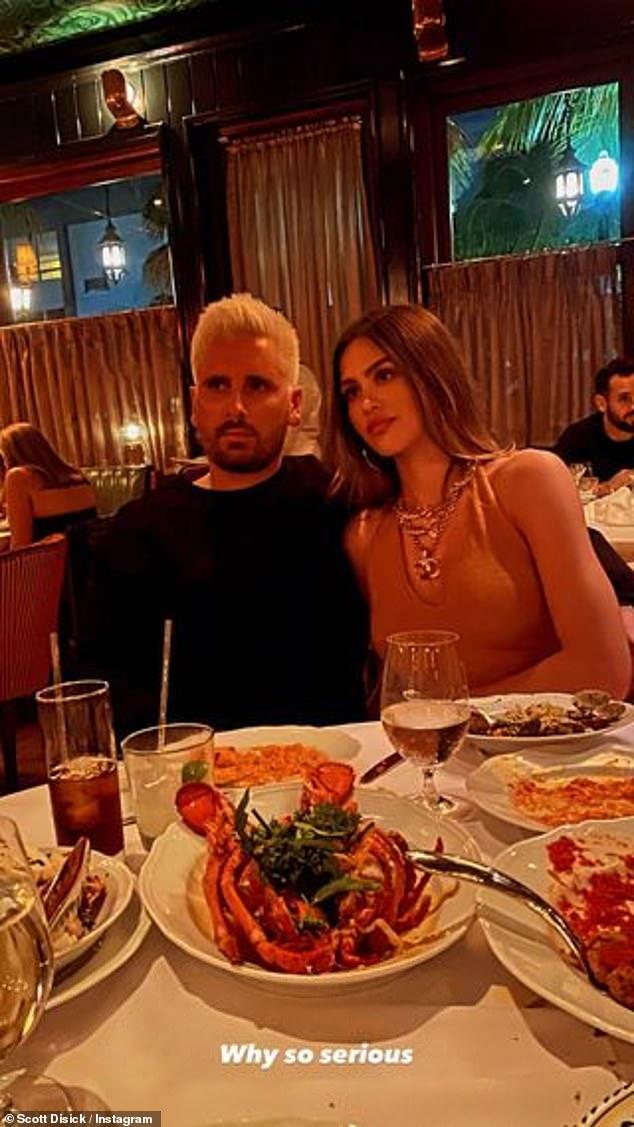 ¡Oficial de Instagram !: Scott Disick, de 37 años, y Amelia Gray Hamlin, de 19, se vuelven oficiales de Instagram con su relación antes del Día de San Valentín mientras el veterinario de KUWTK publica fotos de los dos poniéndose cómodos en una cena en Miami.