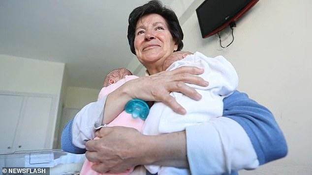 Una mujer de 69 años perdió la custodia de los gemelos que dio a luz a los 64 años después de que el máximo tribunal de España dictaminara que era incapaz de cuidarlos.