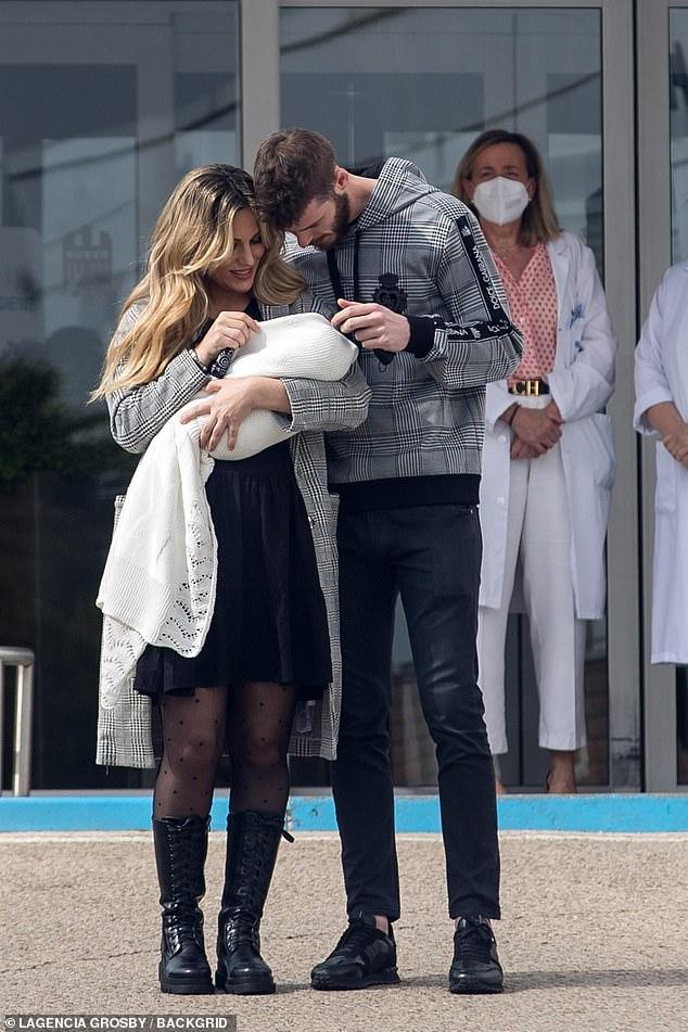 Smitten: el futbolista David de Gea y su novia Edurne fueron la imagen de la felicidad mientras miraban con amor a su hija recién nacida Yanay mientras salían del hospital el domingo.