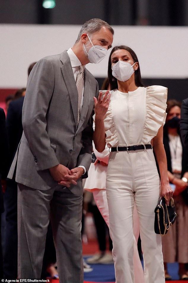 La Reina Letizia de España, de 48 años, a la derecha, se unió a su esposo el Rey Felipe VI, a la izquierda, hoy para inaugurar la Feria Internacional de Turismo en el Palacio de Congresos de Ifema en Madrid.