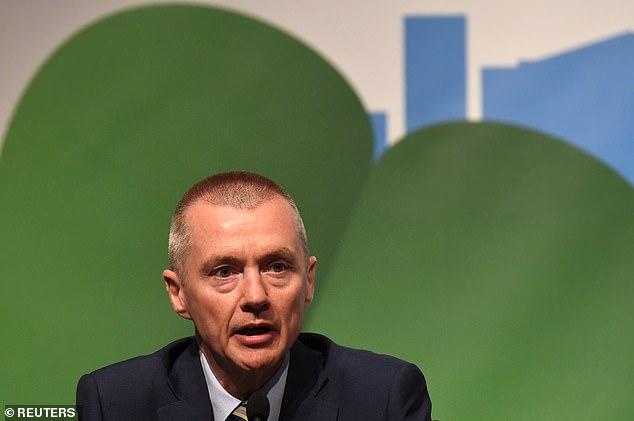 Willie Walsh (arriba), exjefe de British Airways y su empresa matriz IAG, calificó el sistema de semáforos del gobierno para reiniciar los viajes al extranjero como 'una farsa'