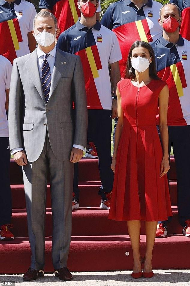La reina Letizia de España cortó una elegante figura con un vestido rojo hoy cuando se unió a su esposo el rey Felipe VI para encontrarse con la selección olímpica española y el Palacio de la Moncloa en Madrid.
