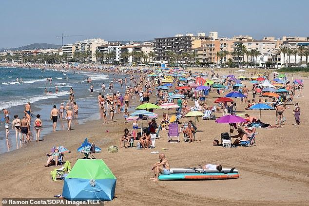 Se tomará una decisión el 5 de agosto y si España permanece en la lista ámbar, significará que los turistas no tendrán que ponerse en cuarentena a su regreso (en la foto: Calafell, España)
