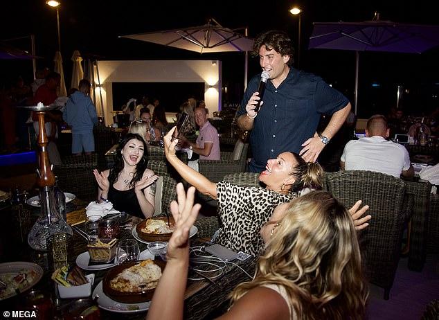 Gracioso: James Argent, de 33 años, lucía de muy buen humor mientras mostraba su figura adelgazada mientras daba una serenata a los apostadores en el restaurante de Elliott Wright en España el jueves por la noche.