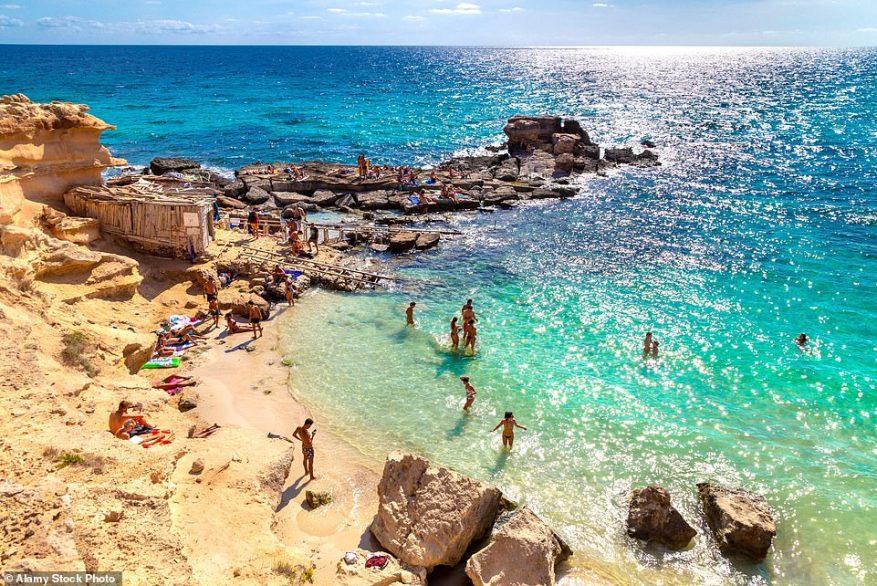 La playa de Caló des Mort (en la foto) en Formentera es famosa por sus extensiones de arena dorada.  Los turistas en Ibiza pueden acceder a Formentera, la más pequeña de las Islas Baleares, en ferry