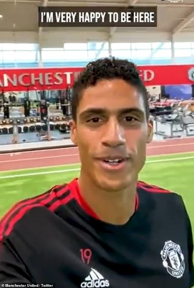 Raphael Varane ha agradecido a los aficionados del Manchester United la cálida ovación del sábado