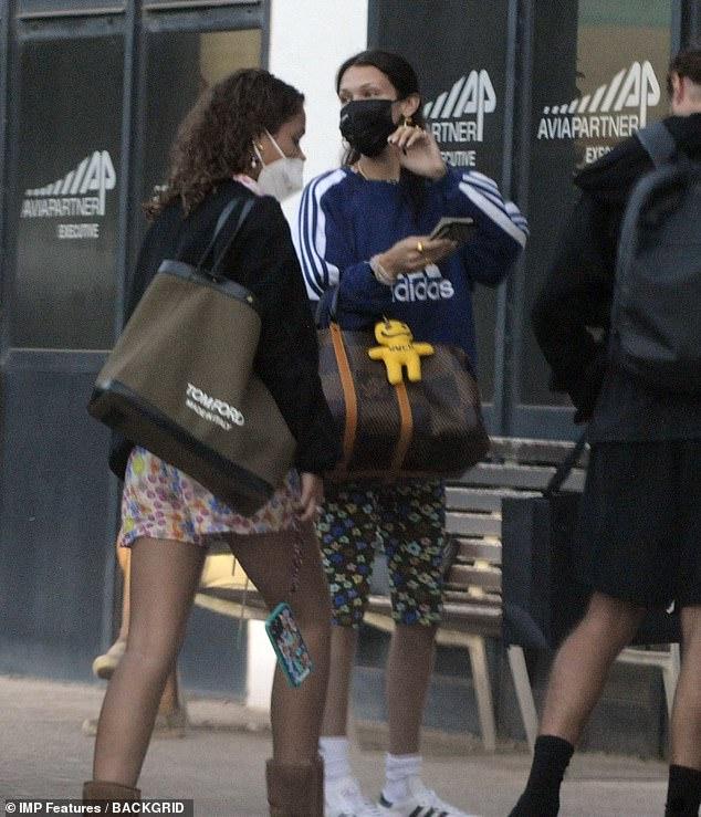 Jet setting: ha estado de vacaciones con su nuevo novio Marc Kalman, de 33 años, en España.  Sin embargo, la escapada romántica de Bella Hadid llegó a su fin el lunes cuando fue vista saliendo de Ibiza.