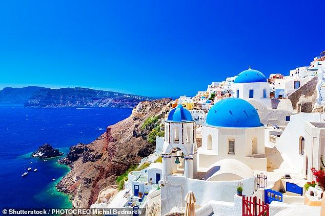 Grecia ahora ha superado a España como el destino más popular del verano de 2021, según una firma de viajes independiente.  Arriba está la pintoresca ciudad de Oia en la isla de Santorini.