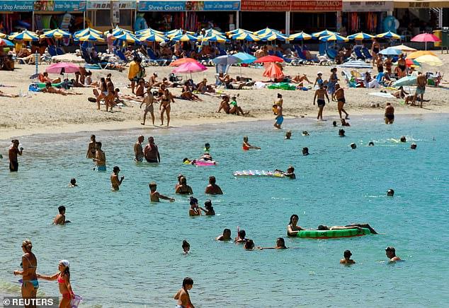 Los ministros han subrayado ahora que todos los viajeros que regresan de España (la playa de Amadores en Gran Canaria se muestra el 3 de agosto) deben realizar una prueba de PCR porque son más precisas que los controles de flujo lateral más baratos.