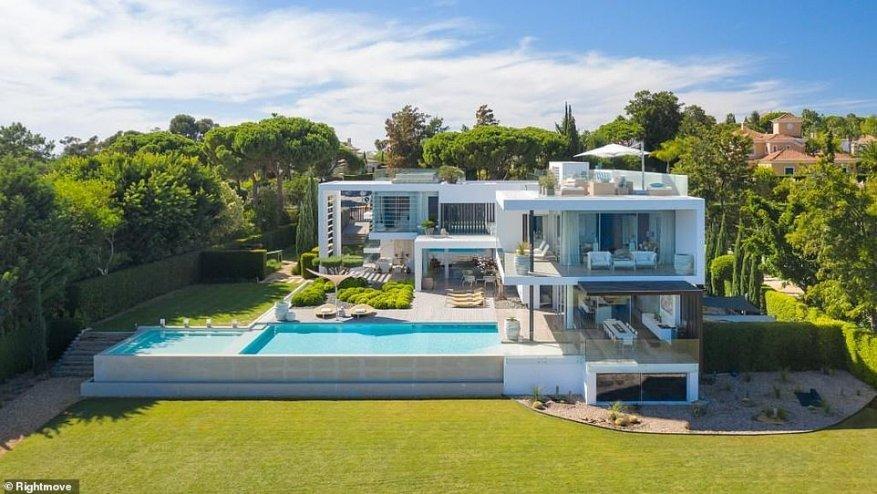Rightmove ha revelado las casas más populares a la venta en el extranjero entre los británicos que ven en línea, incluida esta casa de lujo en Portugal (desplácese hacia abajo para obtener más detalles)