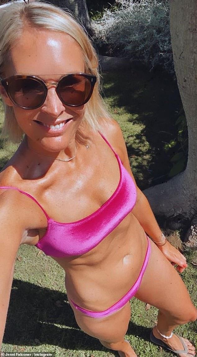Brillante: Jenni Falconer, de 45 años, mostró su esbelto físico en un bikini rosa mientras se tomaba una selfie mientras disfrutaba de unas vacaciones bajo el sol en España el sábado.