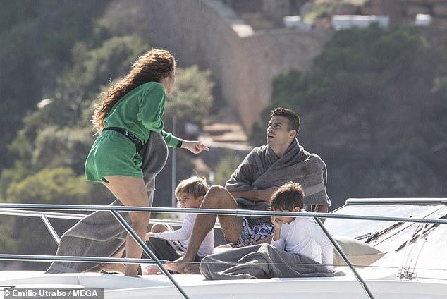 Todos a bordo: Shakira hizo a un lado sus problemas legales la semana pasada mientras mostraba sus piernas con un traje de terciopelo verde mientras disfrutaba de un viaje familiar en yate con su pareja Gerard Piqué y sus hijos Milan, de 8 años, y Sasha, de 6, en España.