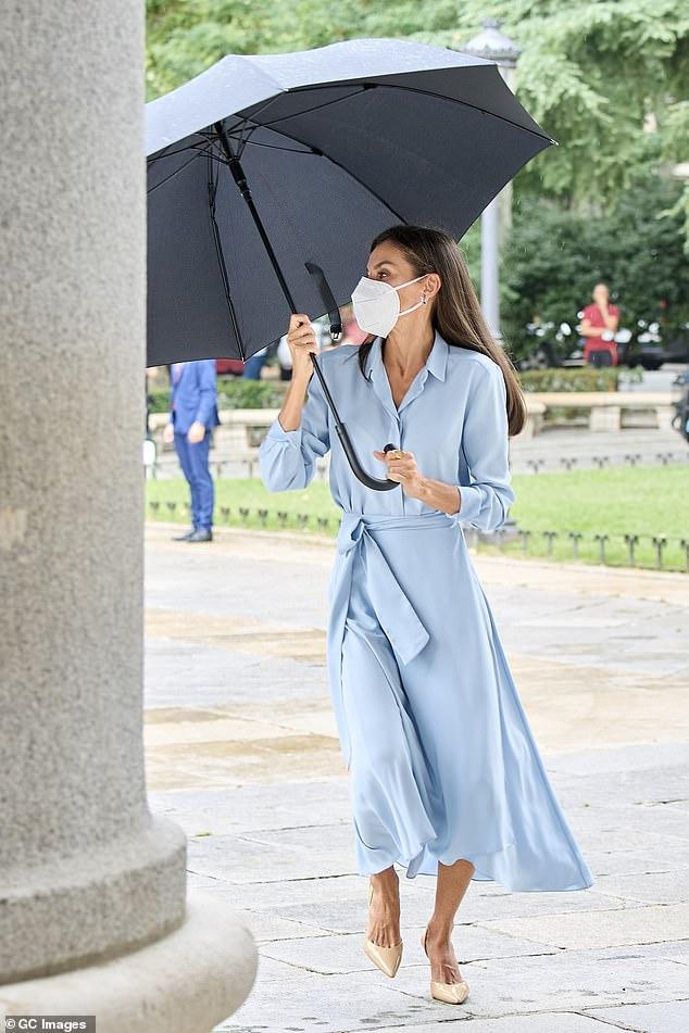 La reina Letizia de España fue la imagen de la elegancia mientras luchó contra la lluvia antes de su visita a un museo en Madrid esta mañana.
