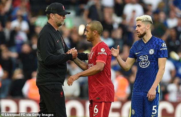 El técnico del Liverpool, Jurgen Klopp (izquierda), ha pronosticado que lo mejor está por venir para Thiago (centro)