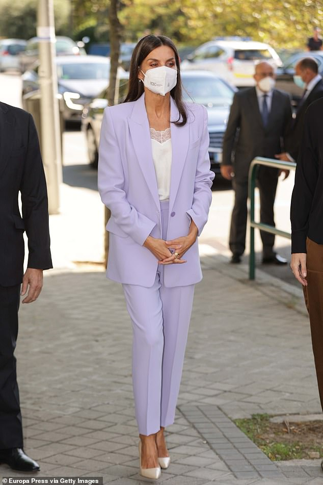 La reina Letizia de España (en la foto) ha vuelto a mostrar su deslumbrante destreza en la moda con un sofisticado traje lila cuando salió a Madrid.