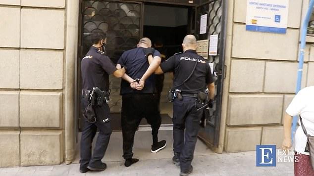El personal y los clientes ayudaron a la policía a detener a un italiano de 45 años (centro) que había asaltado una sucursal bancaria en España a punta de pistola con otro hombre antes de que se le desprendiera la pierna falsa, dejándolo incapaz de escapar.