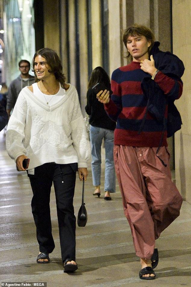 ¡Aquí vienen los recién casados!  El modelo australiano Jordan Barrett asistió a un desfile de la Semana de la Moda de Milán con su apuesto nuevo esposo Fernando Casablancas el jueves por la noche.
