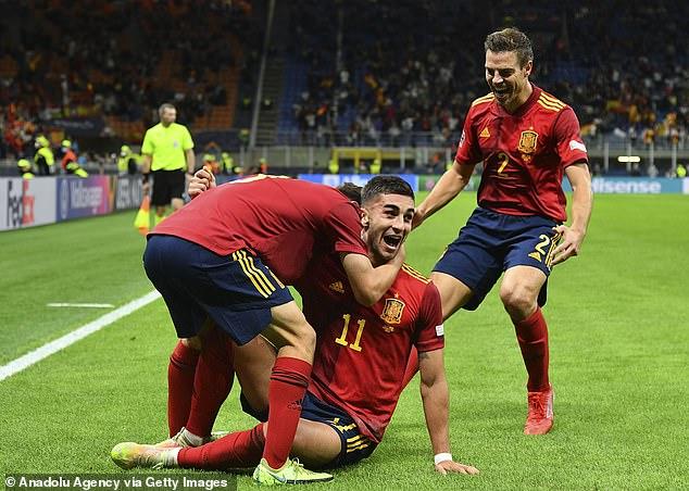 Ferran Torres (n. ° 11) es acorralado por sus compañeros tras marcar para España ante Italia