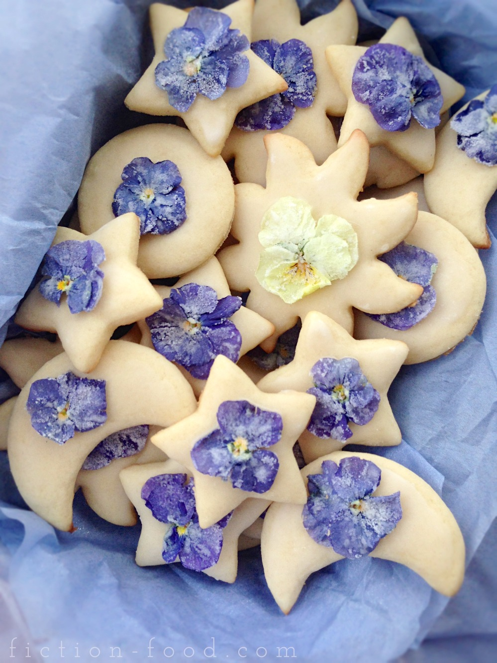 Image courtesy: http://www.fiction-food.com/2014/04/biscuits-cookies-w-sugar-flowers-from.html