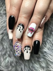 lips and paint drips - nail art