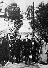 Максим Горький в Соловецком лагере в окружении работников ЧК, 1929 г. Источник: wikimedia.org