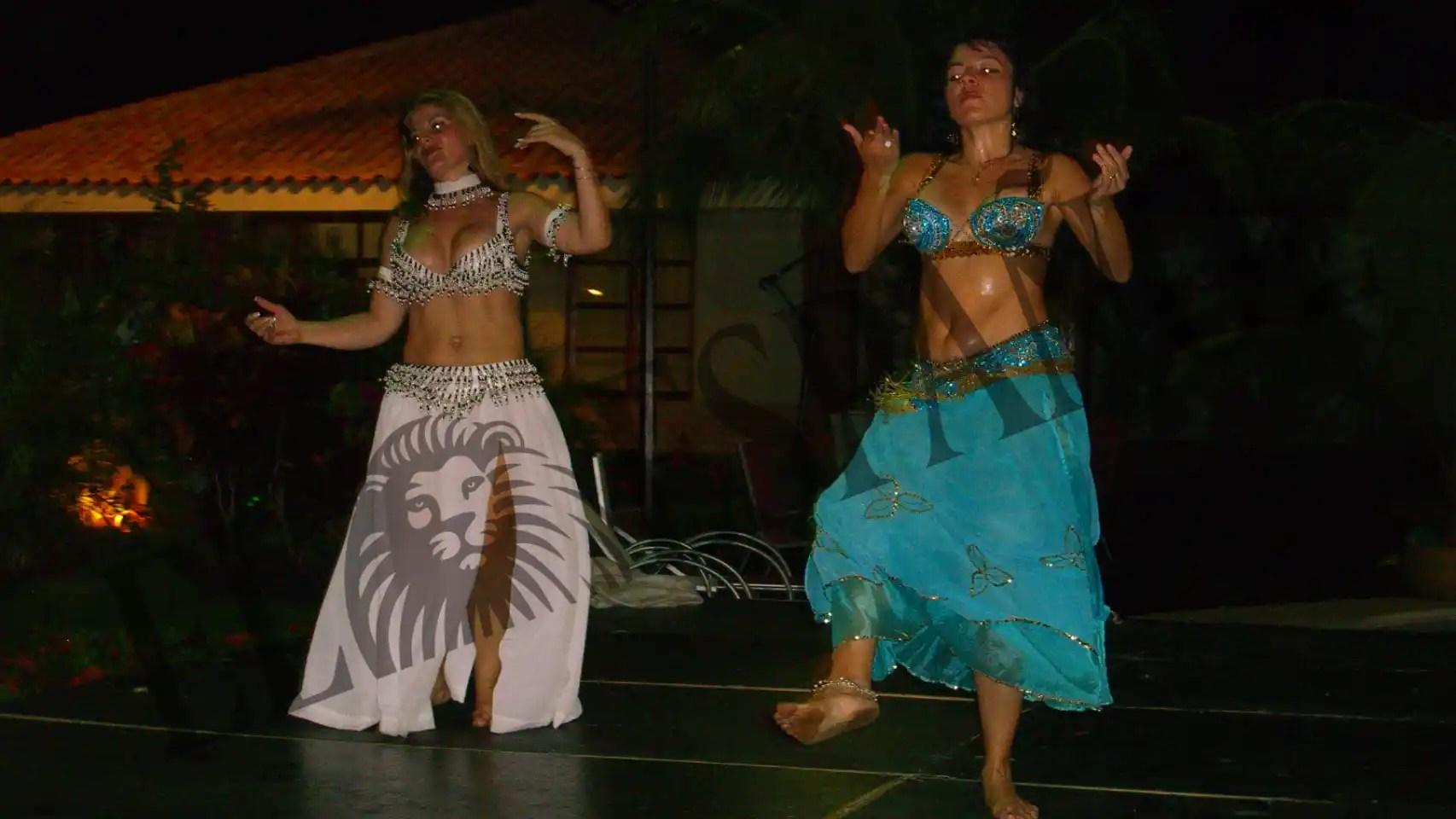 También había bailarinas de la danza del vientre en sus fiestas.