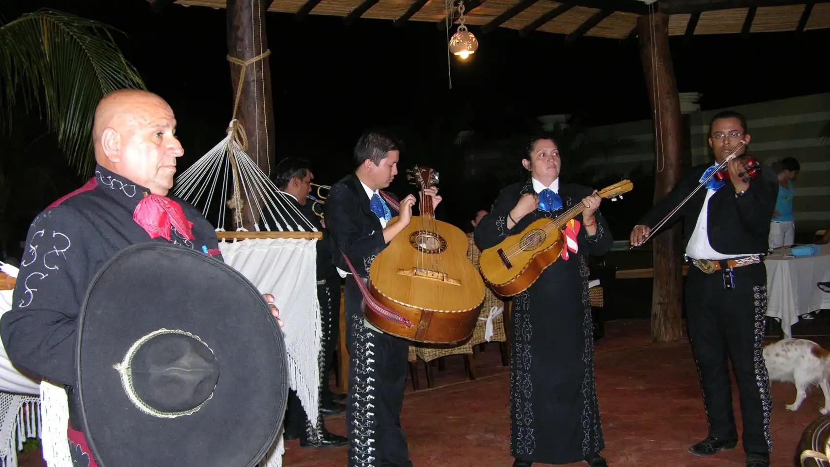 Los mariachis aparecen en varias ocasiones.