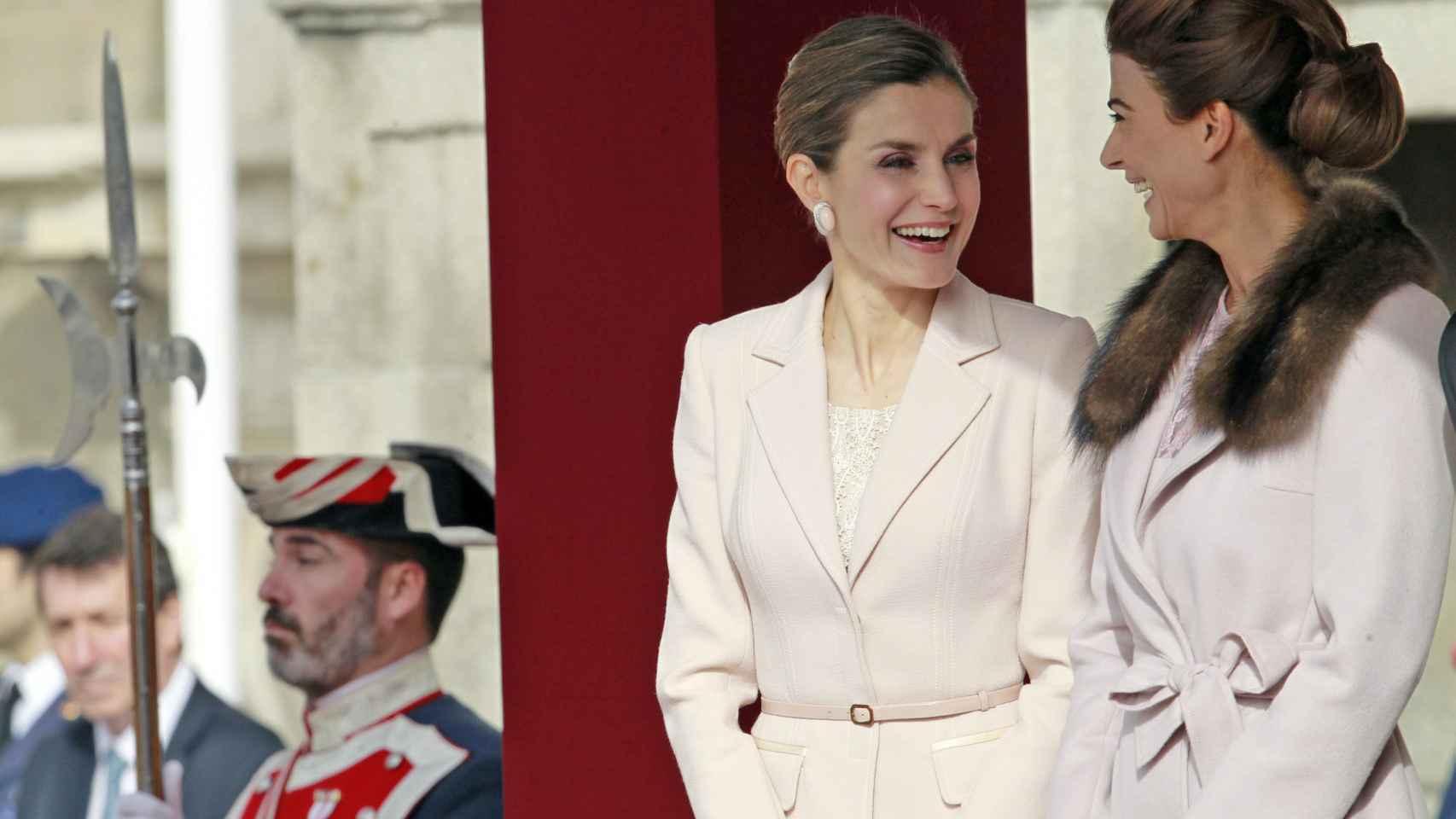 Letizia y Juliana Awada en el patio del Palacio de la Zarzuela muy risueñas.
