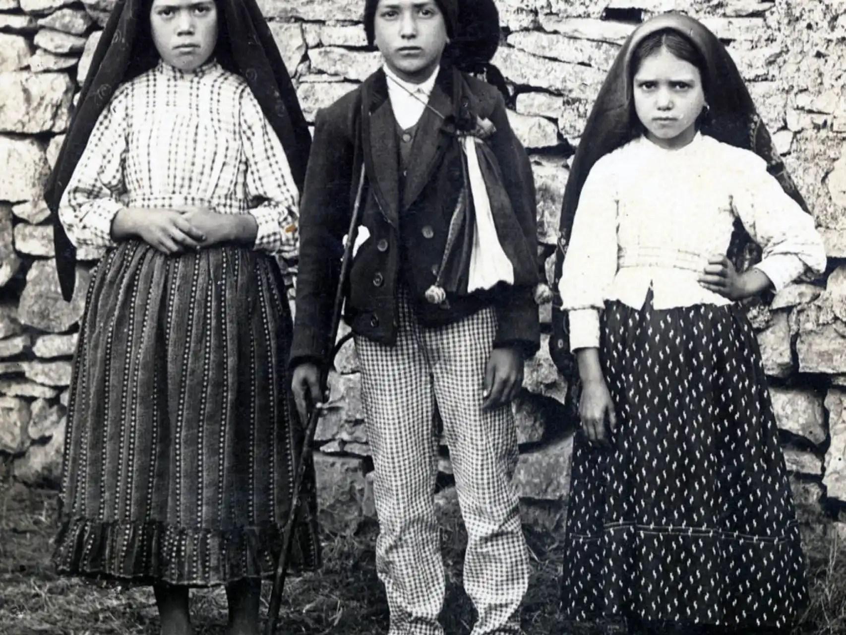 De izquierda a derecha, Lucía, Francisco y Jacinta, los pastorcillos que vieron a la virgen.