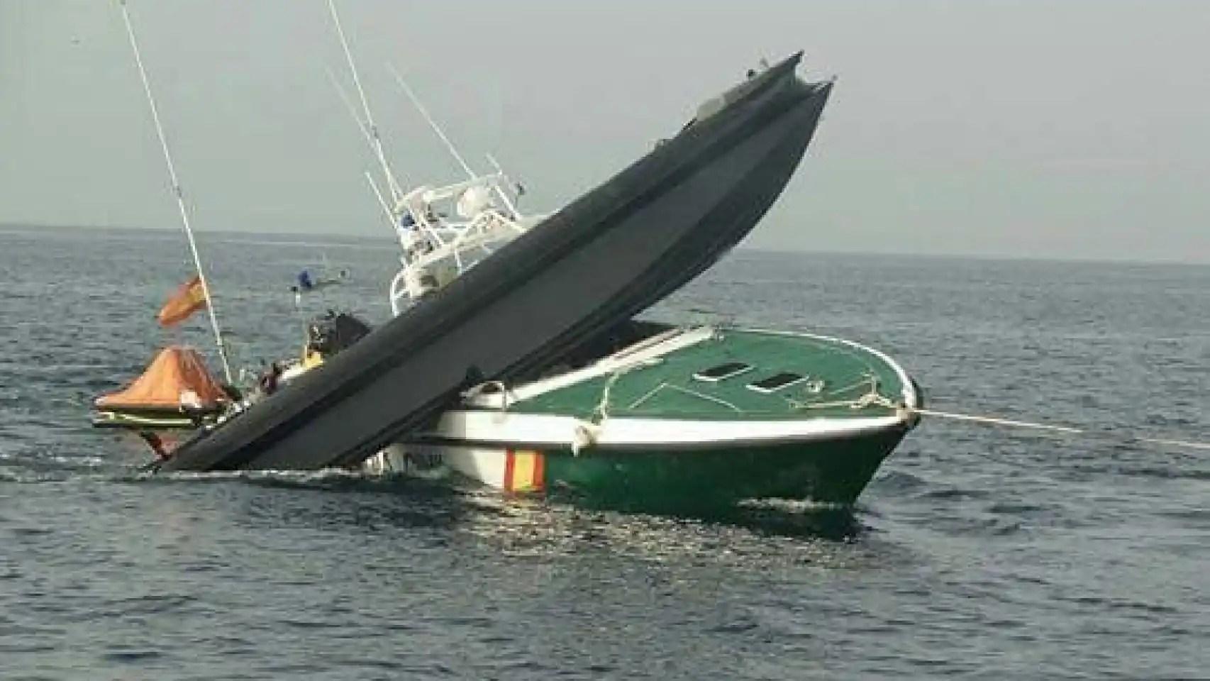 Una lancha ultrarrápida y una de la Guardia Civil tras una embestida en el mar.