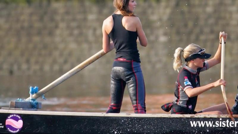 La fundadora, Emma Sayle (sentada) es la mejor amiga de Kate Middleton (de pie)