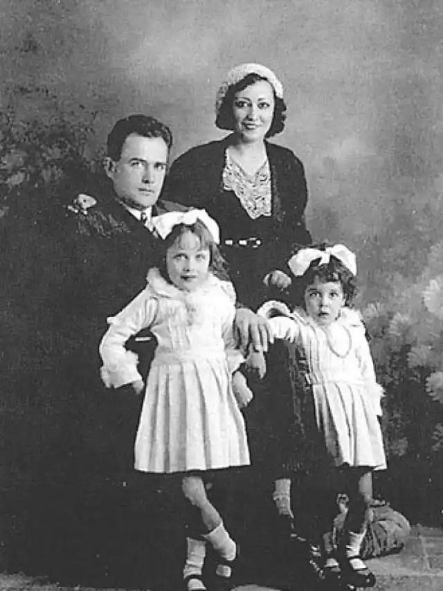 Virgilio Leret junto a su mujer Carlota O'Neill y sus hijas.