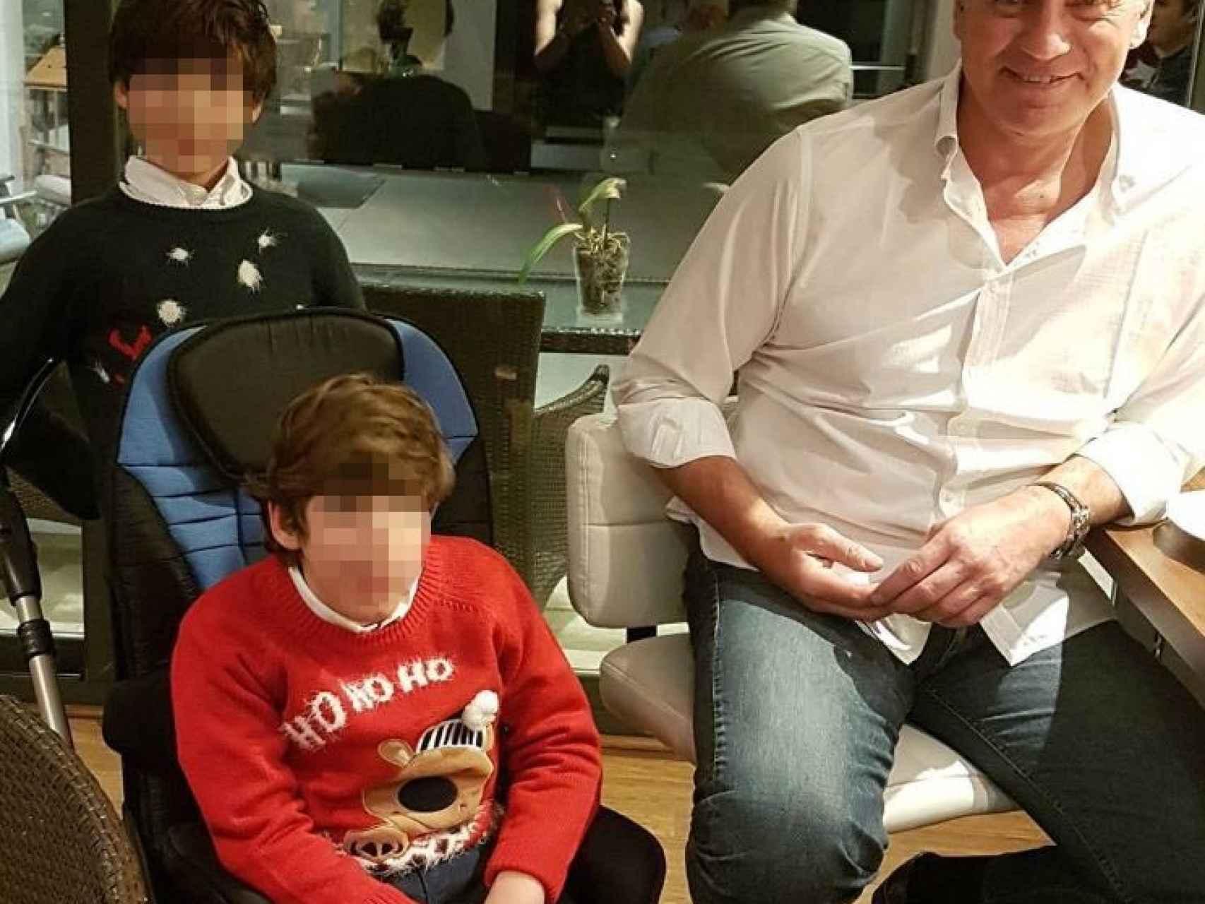 Bertín Osborne junto a sus hijos, uno de ellos con discapacidad cerebral por una infección de listeria.