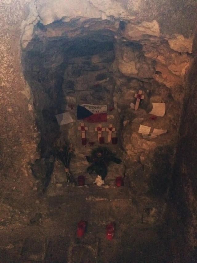 Agujero que los paracaidistas trataron de excavar para salir de la cripta.