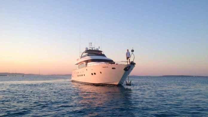 El yate navega en verano por las Islas Baleares y en invierno por aguas de Barcelona.