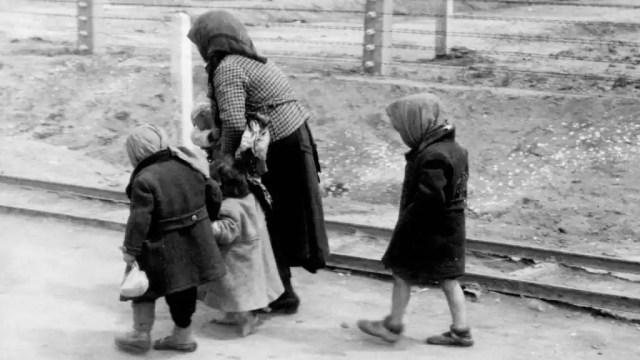Una mujer con sus niños,  siendo conducidos a una cámara de gas de Auschwitz.
