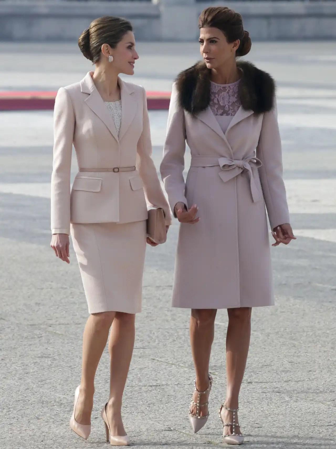 Letizia y Juliana compartiendo confidencias.