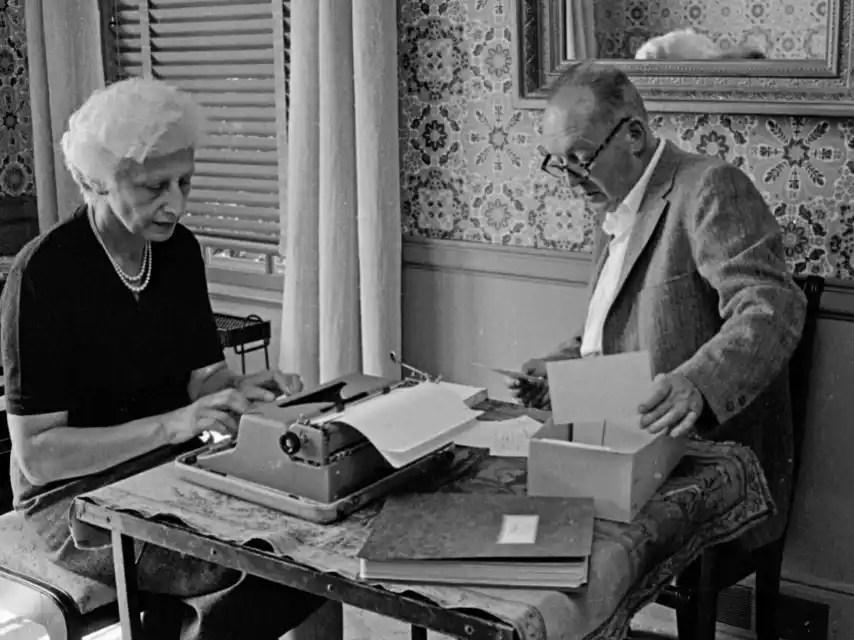 Vladimir Nabokov dictando y su esposa, Vera, mecanografiando. Nueva York, 1958.