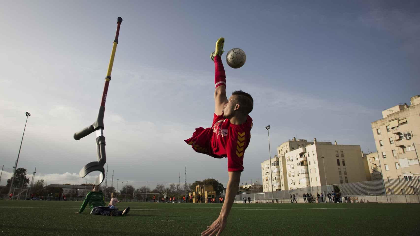 Ihan Ettalib, de la selección española de amputados, ejecutando una 'chilena'. Foto Fernando Ruso