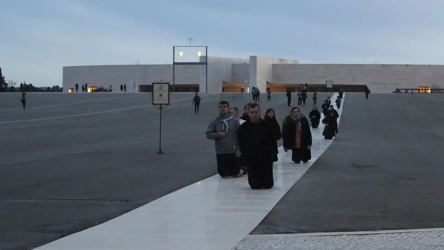 Largas hileras de peregrinos bajan la explanada del santuario arrodillados en la actualidad.
