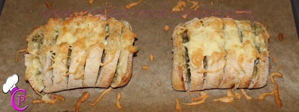 Kräuterbutter Brötchen mit Käse überbacken