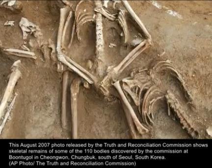 Skelett in einem exhumierten Masengrab in Südkorea