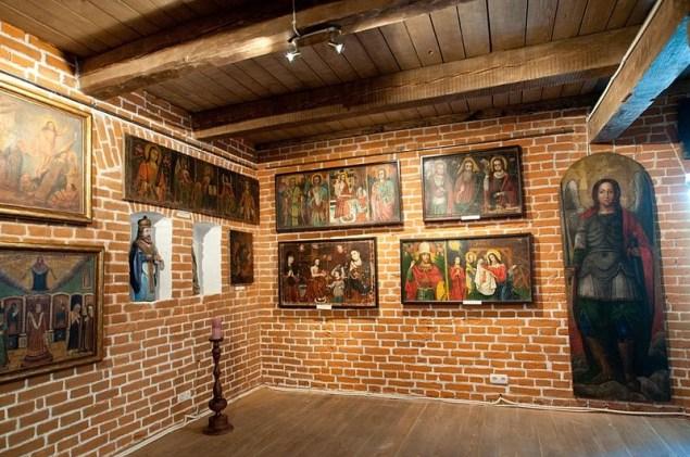 Фрагмент експозиції Музею української домашньої ікони: домашні іконостаси