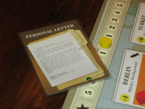 During the game, the personal letter allows the player who holds it to increase their command. At the end of the game, if prestige is tied, whoever holds the personal letter wins.