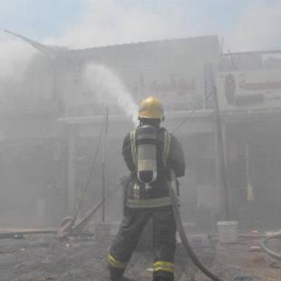 الدفاع المدني  ..حريق في محل تجاري بسوق البوادي بجدة.. فيديو