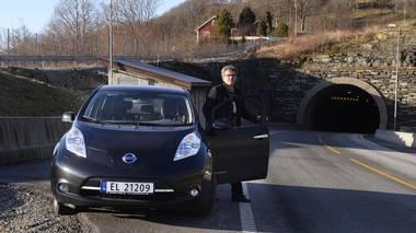 Arne Nordbø kjører sin Nissan Leaf gratis gjennom Finnfast. Her fotografert ved tunnelåpningen på Ladstein.