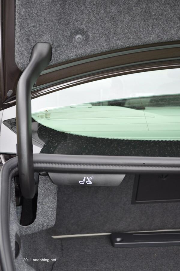 Saab 9-3 TTID4 Rückbank vom Kofferraum zu entriegeln